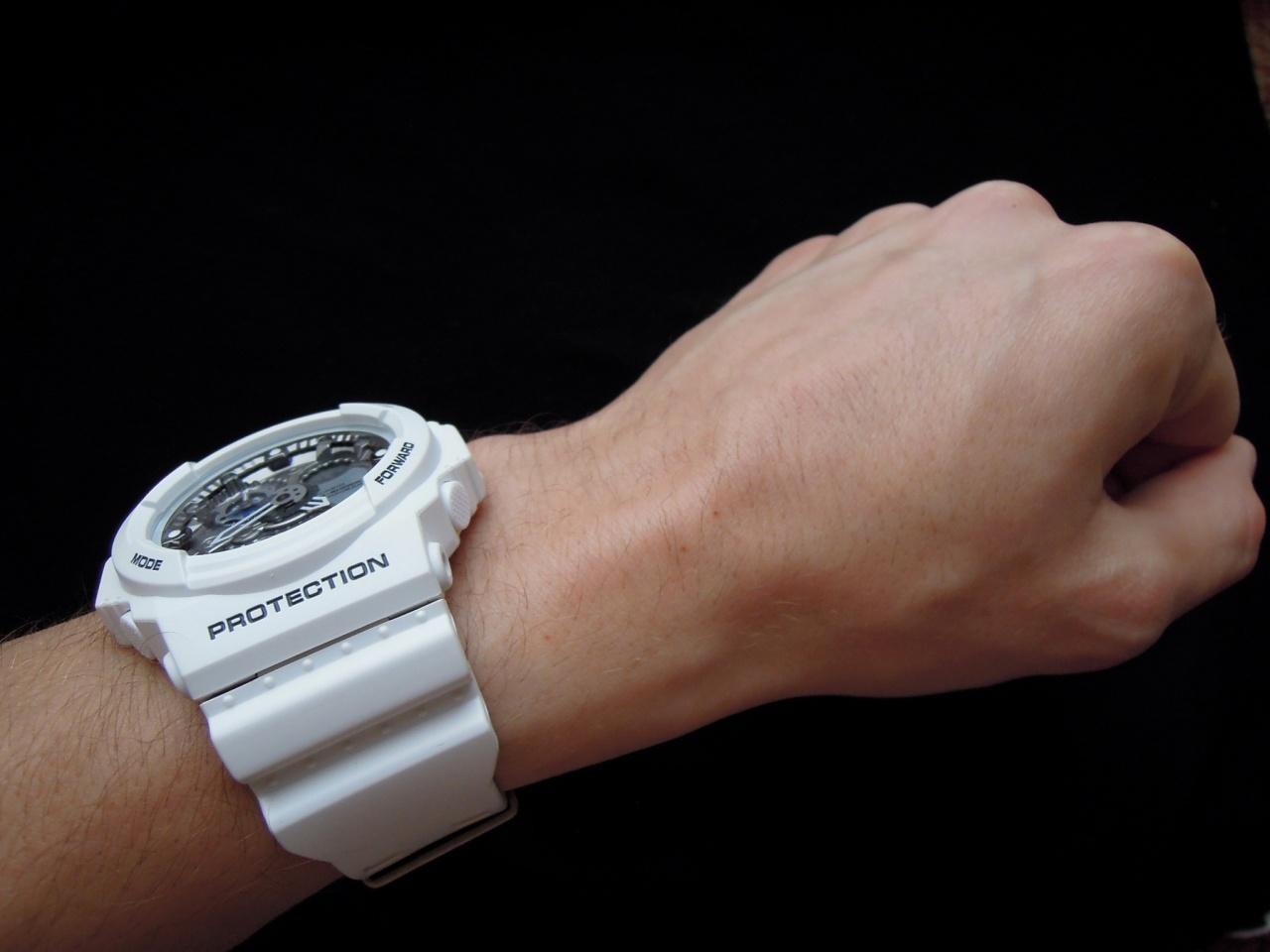 Стильные наручные часы в моде