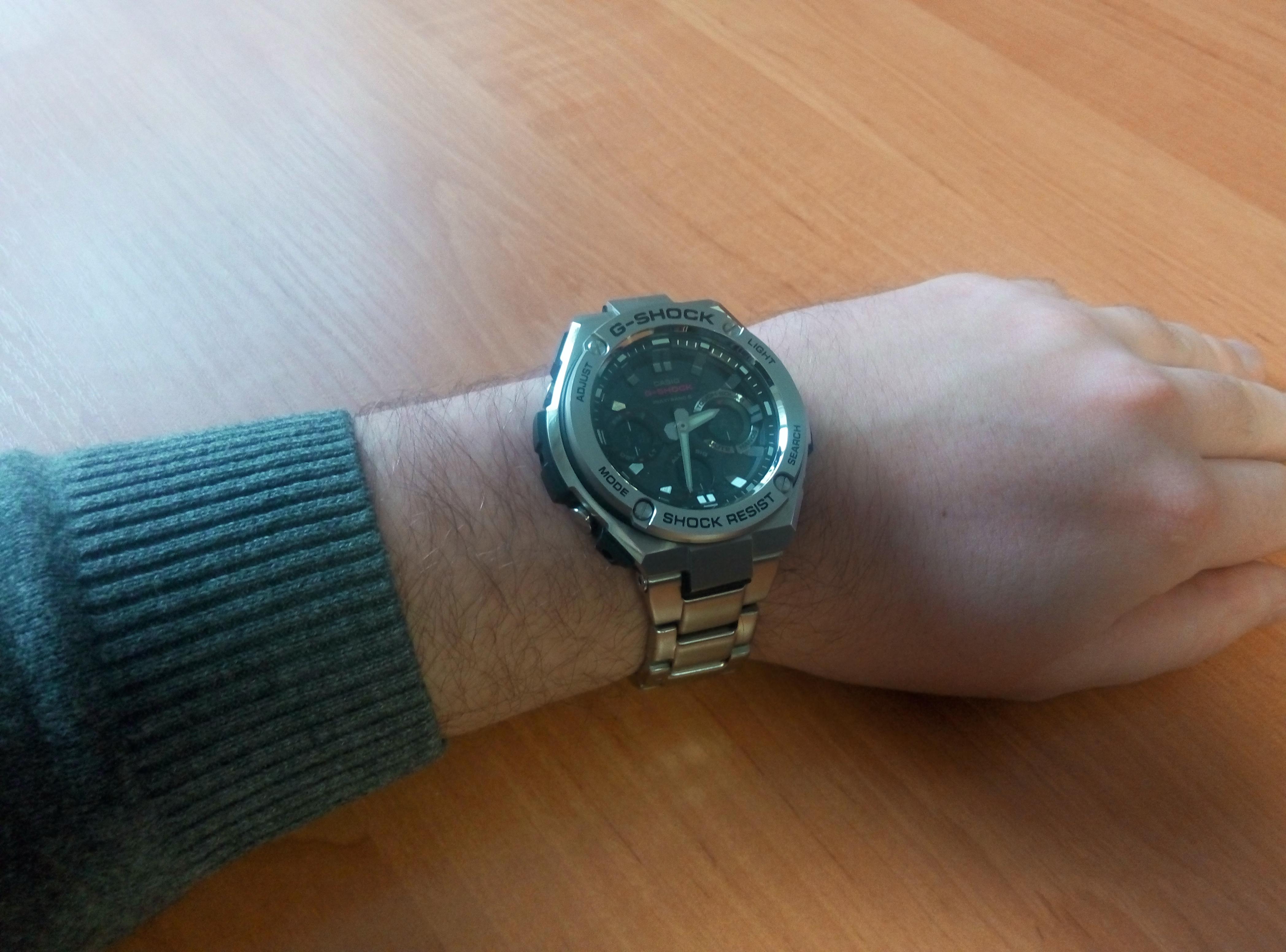 Сменил дешевые пластиковые шоки никогда не нравились, подростковый вариант на нормальные брутальные часы, которые также подходят к спортзалу и велосипеду.